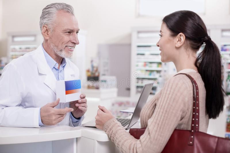 Pharmacien masculin gai conseillant le client photos libres de droits
