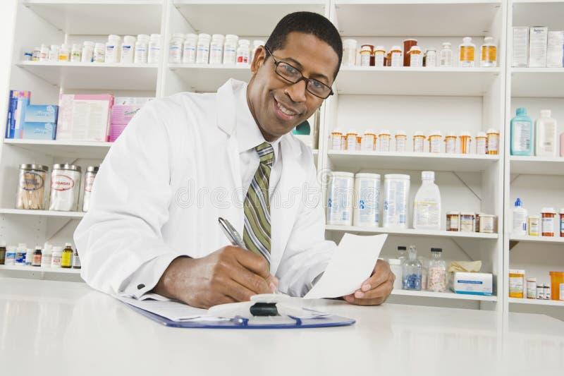 Pharmacien masculin Working In Pharmacy photo stock