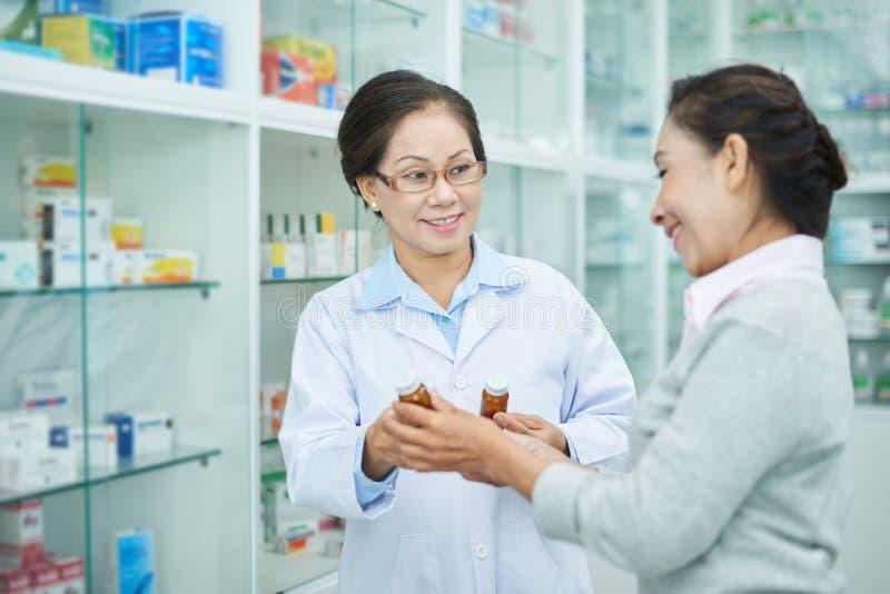Pharmacien montrant des drogues images stock