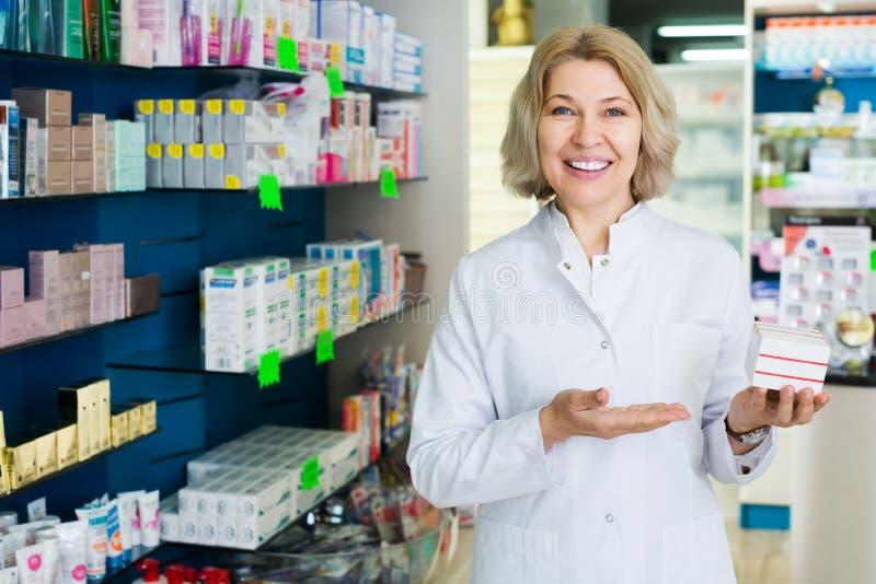 Pharmacien posant dans la pharmacie images stock