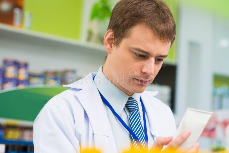 Pharmacien sérieux photos stock