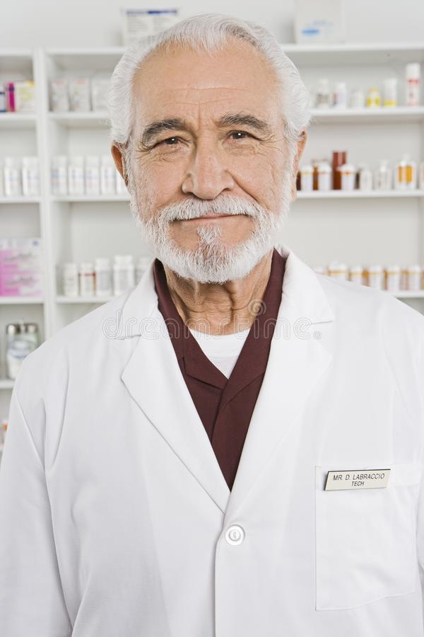 Pharmacien supérieur heureux In Shop image libre de droits