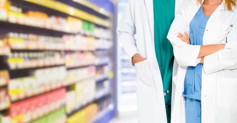 Pharmacien travaillant avec le collègue dans la pharmacie image stock
