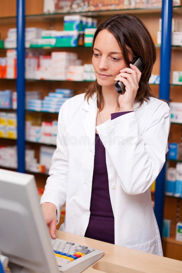 Pharmacien Using Cordless Phone images libres de droits