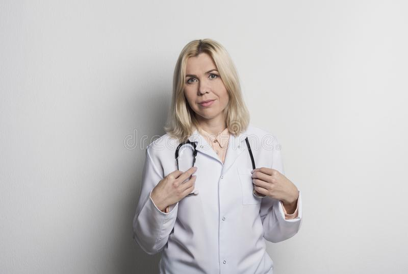 Pharmacienne de femme sur le fond blanc images libres de droits