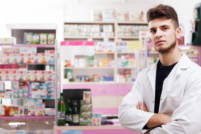 Pharmacis au bureau posant sur l'appareil-photo photos libres de droits
