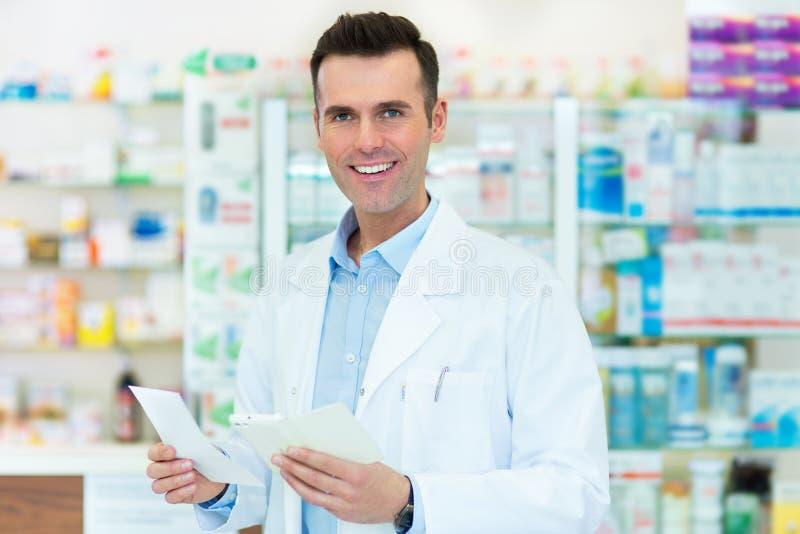 Pharmacist i apotek royaltyfri fotografi