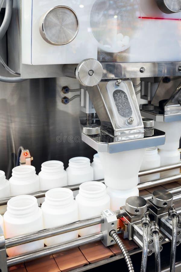 Pharmaindustrie, Medizinpillen füllen die Plastikflasche auf Fertigungsstraßemaschinenförderer aus lizenzfreie stockfotos