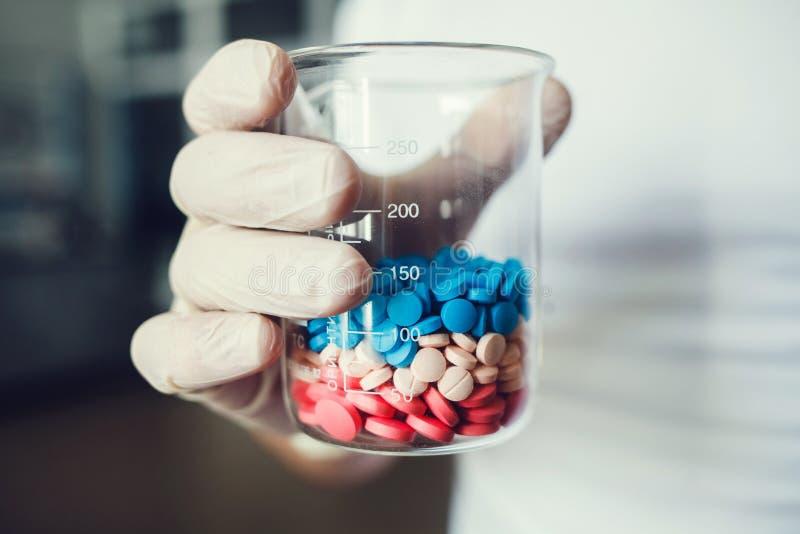 Pharmazeutische Arbeitskraft mit Pillen stockfoto