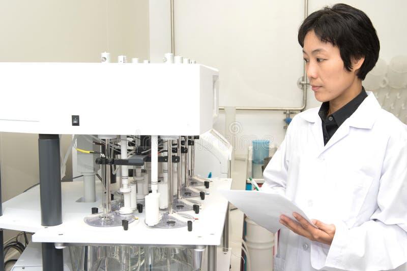 Pharmazeutische wissenschaftliche Frau an Apothekenindustrie manufact stockfoto