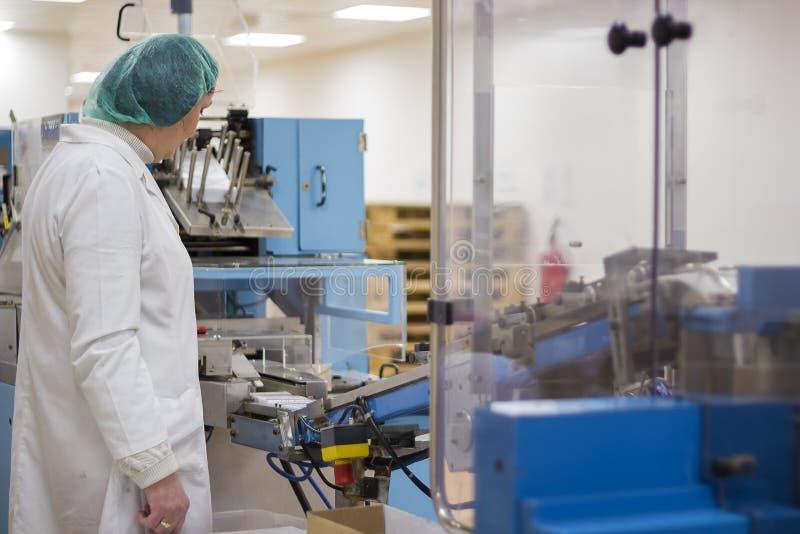 Pharmazeutischer Arbeiter - pharmazeutische Herstellung lizenzfreies stockbild