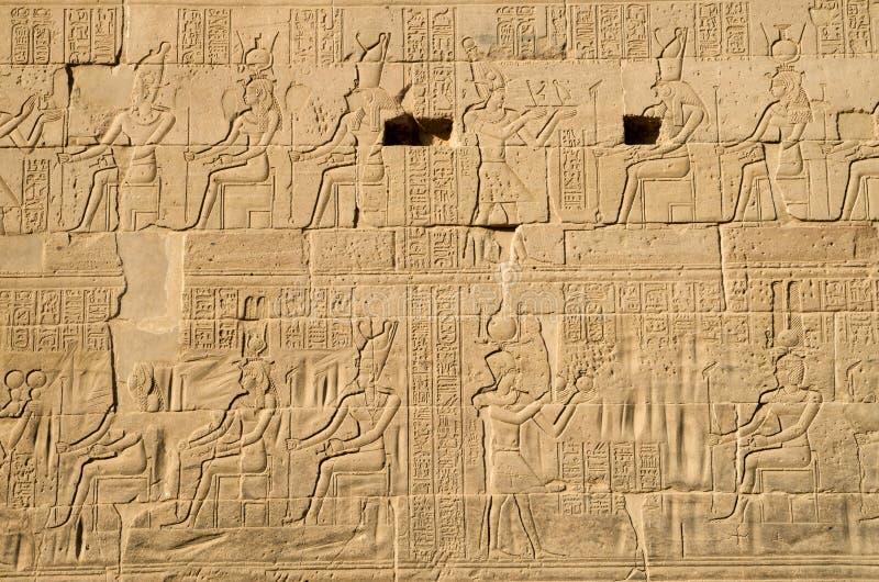 Pharoah que presenta los regalos para dioses que tallan en la pared en el templo de ISIS de Philae, Egipto imágenes de archivo libres de regalías