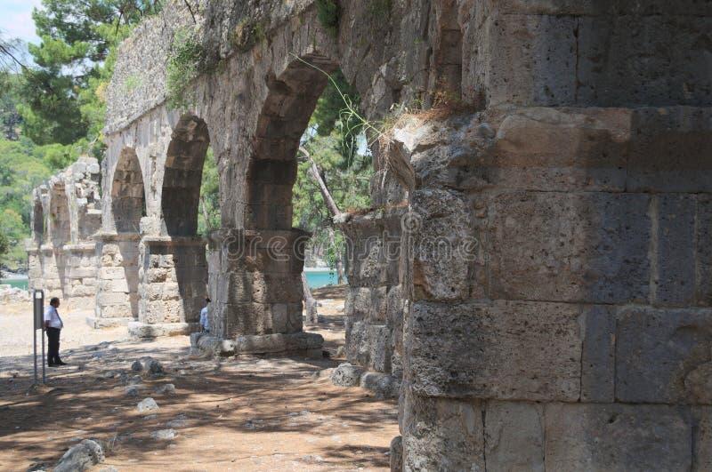 PHASELIS, ТУРЦИЯ - 9-ОЕ МАЯ 2018: старый мост-водовод в древнем городе стоковое изображение