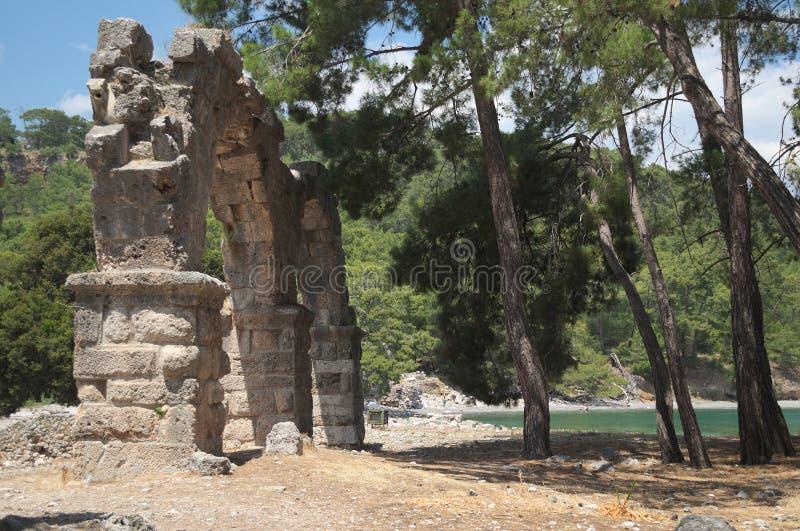 PHASELIS, ТУРЦИЯ - 9-ОЕ МАЯ 2018: старый мост-водовод в древнем городе стоковое изображение rf
