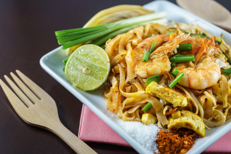 Phat Thai is Fried Noodles-het koken met verse garnalen stock foto