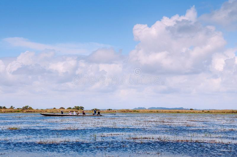 Phatthalung, Ταϊλάνδη - βάρκα τουριστών για την εξόρμηση ιχνών φύσης Talay Noi, υγρότοπος Ramsar resevoir της λίμνης Songkhla στοκ φωτογραφία
