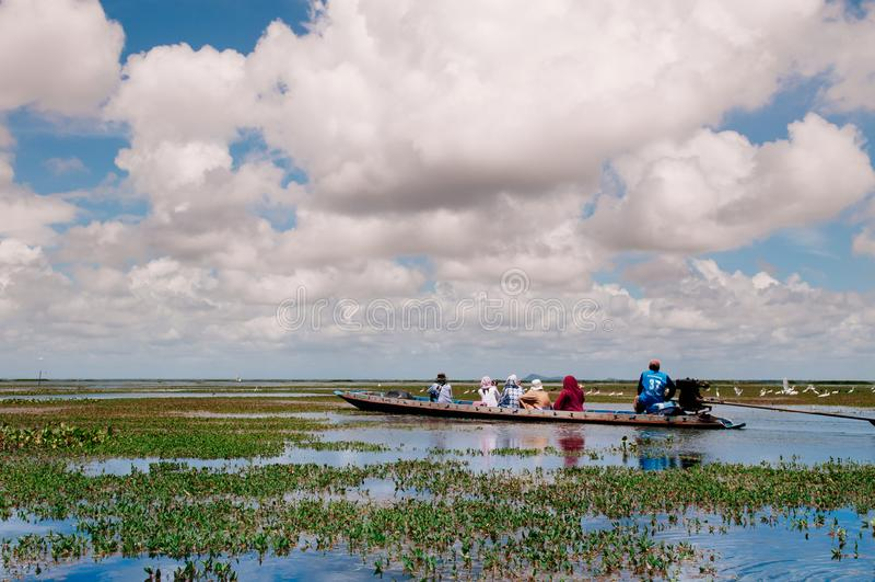 Phatthalung, Ταϊλάνδη - βάρκα τουριστών για την εξόρμηση ιχνών φύσης Talay Noi, υγρότοπος Ramsar resevoir της λίμνης Songkhla στοκ φωτογραφίες με δικαίωμα ελεύθερης χρήσης