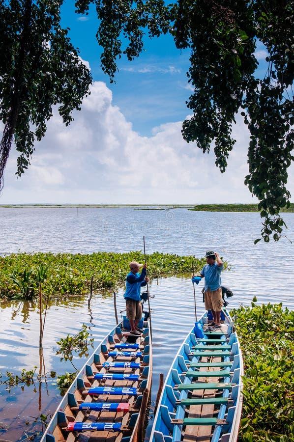 Phatthalung, Ταϊλάνδη - τοπική ξύλινη βάρκα τουριστών για την εξόρμηση ιχνών φύσης Talay Noi, υγρότοπος Ramsar resevoir στοκ εικόνες