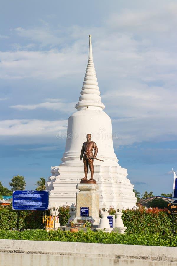 PHATTHALUNG, THAILAND - JUN 18, 2016: De pagode en een standbeeld bij Wat Wang-tempel in Lam Pam, het District van Muang Phatthal stock foto's