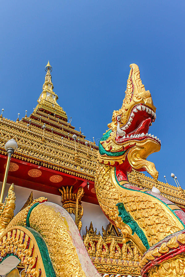Phaya纳卡人的大具体标志,在Wat Nongwaeng寺庙Khon Kaen省泰国的泰国龙 库存照片