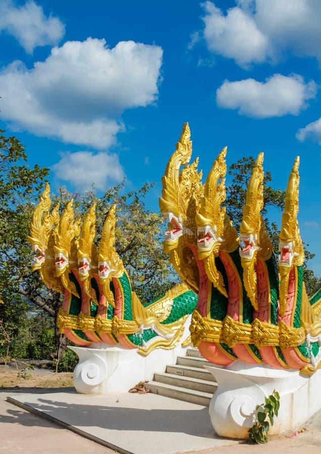 Phaya Naga bevakar templet Wat i Thailand arkivbilder