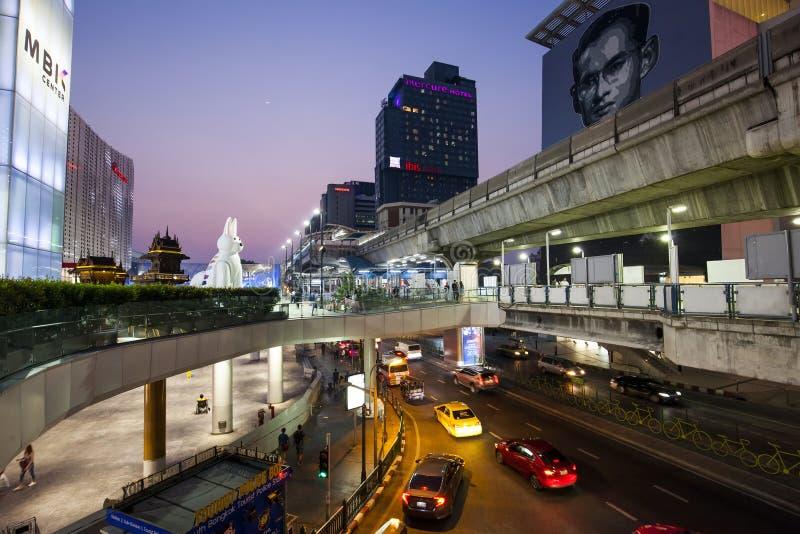 Phayathai-Straße und MBK-Einkaufszentrum nachts, Thailand stockbilder