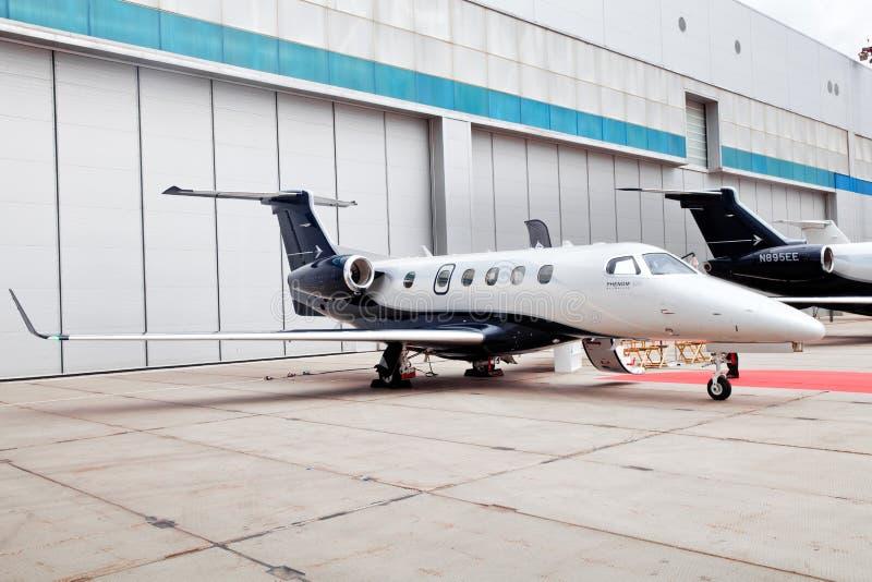 Phenom Embraer 300 del getto dell'affare privato nell'aeroporto a Mosca, Russia fotografia stock libera da diritti