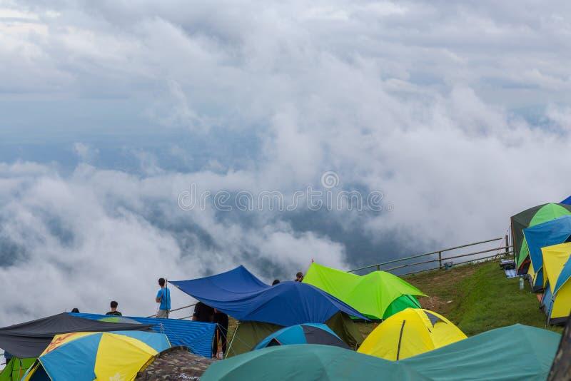 Phetchabun, Tailândia-janeiro 2,2019: Os visitantes vêm relaxar, para espalhar para fora suas barracas, veem o mar da névoa, sent imagem de stock