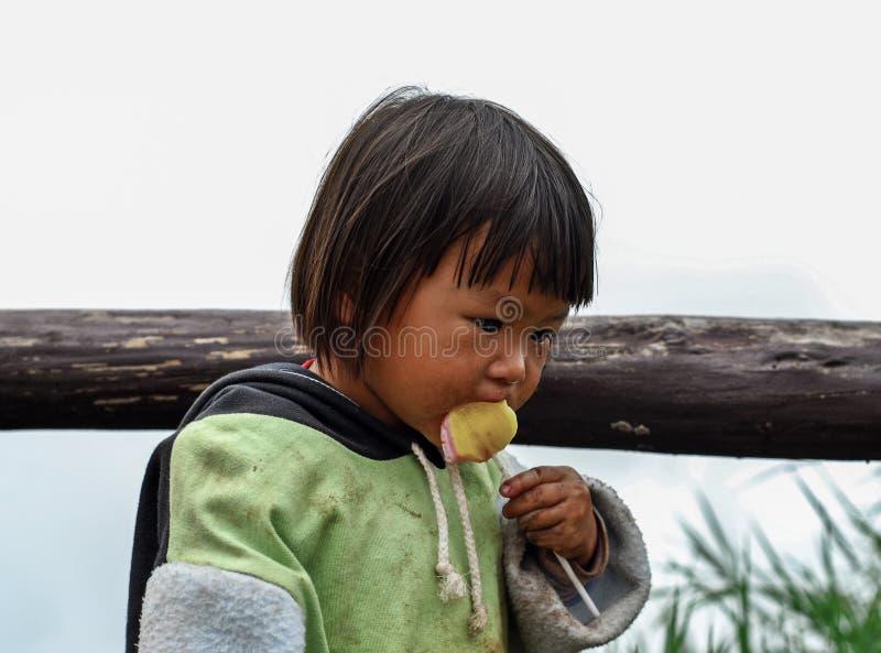 PHETCHABUN THAILAND - JUNI 24: Oidentifierat äta för liten flicka royaltyfria bilder