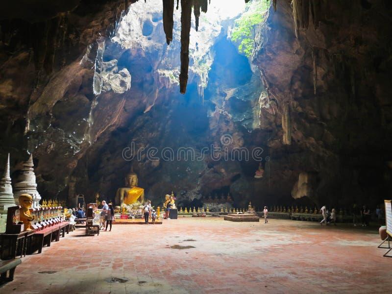 Phetchaburi, Tailândia - 7 de janeiro de 2017: O templo da caverna do luang do khao de Tham é templo muito bonito dentro da caver fotografia de stock