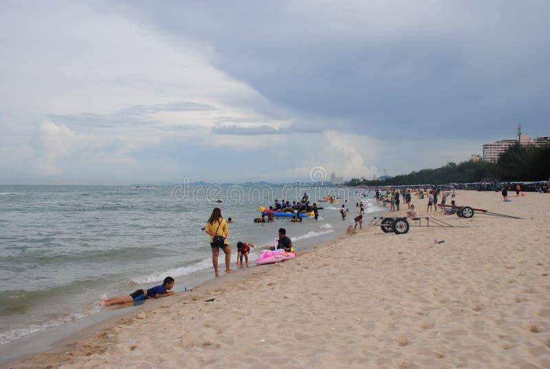 PHETCHABURI, TAILÂNDIA - 18 DE JULHO DE 2016: os turistas e os locals não identificados apreciam sua praia do feriado de praias d foto de stock royalty free