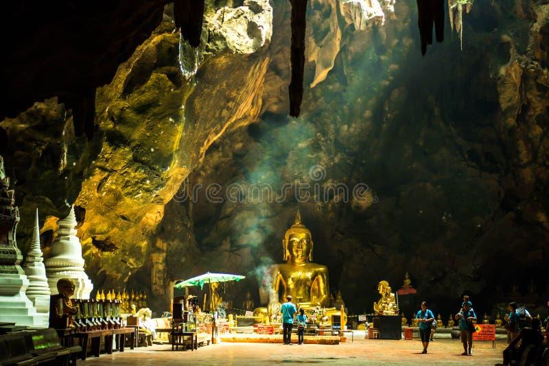 Phetchaburi, Tailândia - fevereiro 19,2018: Luz na caverna de Khao Luang do templo, Phetchaburi de Sun, Tailândia fotografia de stock