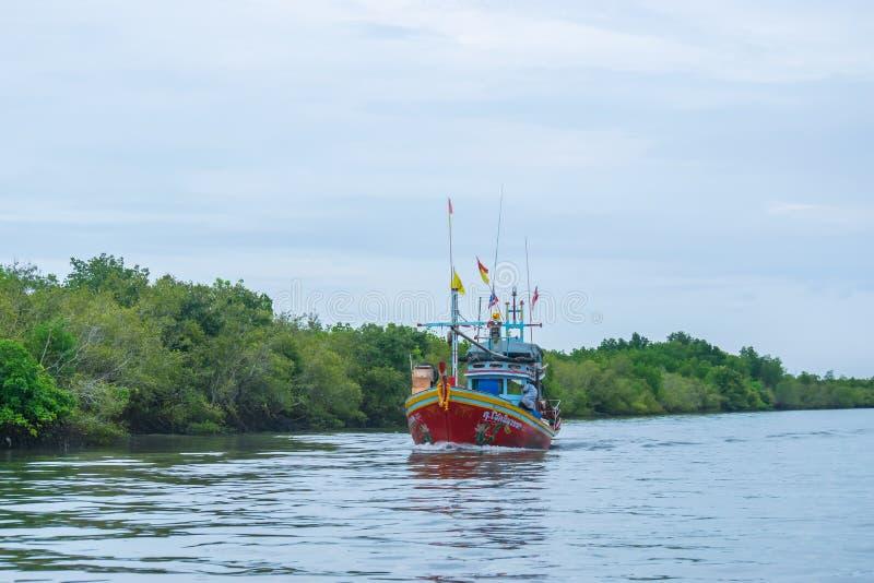 Phetchaburi Tajlandia, Październik, - 7, 2017: Widok drewnianej łodzi rybackiej spławowa przejażdżka przez morza Tajlandzka zatok zdjęcia stock