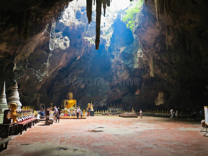 Phetchaburi, Thailand - Januari 7 2017: De het holtempel van Thamkhao luang is zeer mooie tempel binnen van het hol De zonneschij stock fotografie