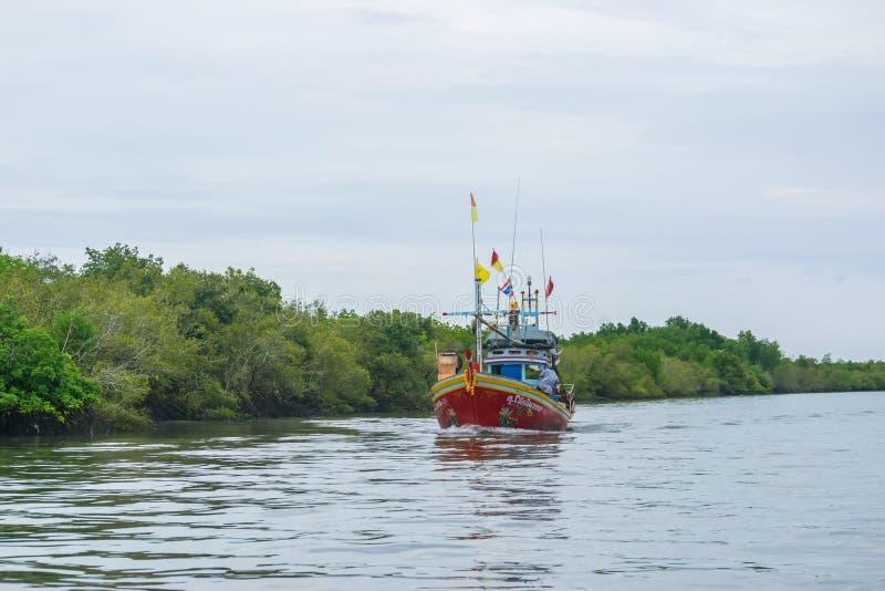 Phetchaburi Thailand - Oktober 7, 2017: Sikt av en träfiskebåt som svävar drev till och med havet av den thailändska golfen i för royaltyfri bild