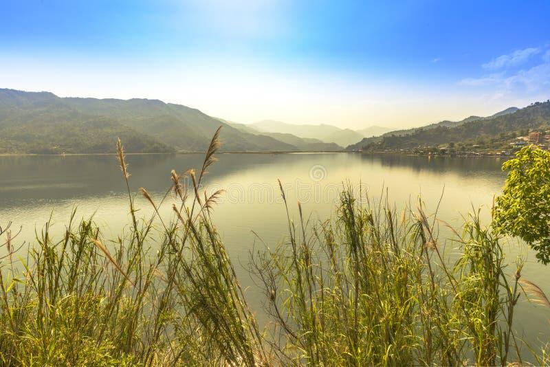 Phewa jezioro słoneczny dzień Pokhara Nepal obrazy royalty free