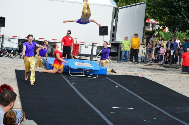 Phi γάμμα ακροβάτες τσίρκων στο φεστιβάλ γλυκού καλαμποκιού στοκ φωτογραφία