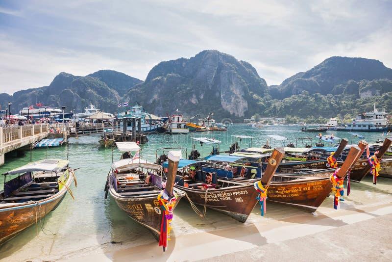 Phi Phi νησιά Ταϊλάνδη - 10 Φεβρουαρίου 2019: Λιμένας του τροπικού νησιού με τις δεμένες ξύλινες μακριές βάρκες ουρών του εσωτερι στοκ φωτογραφία
