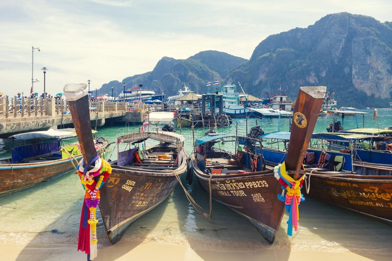 Phi Phi νησιά Ταϊλάνδη - 10 Φεβρουαρίου 2019: πολλές μακριές βάρκες ουρών στην τροπική παραλία Δεμένος στο λιμένα στον Ασιάτη στοκ εικόνα με δικαίωμα ελεύθερης χρήσης