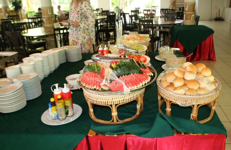 PHI PHI ΦΟΡΑ ΤΟ ΝΗΣΙ, ΤΑΪΛΑΝΔΗ - 15 ΙΟΥΛΊΟΥ 2018: Οι στάβλοι τροφίμων μέσα στο εστιατόριο της Maya, Tambon AO Nang, Phi Phi φορού στοκ φωτογραφία με δικαίωμα ελεύθερης χρήσης