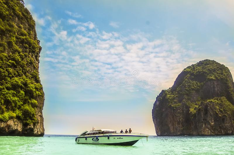 Phi Phi Island, Thailand - 2009: Een motorboot met toerist bij Phi Phi-eiland stock fotografie