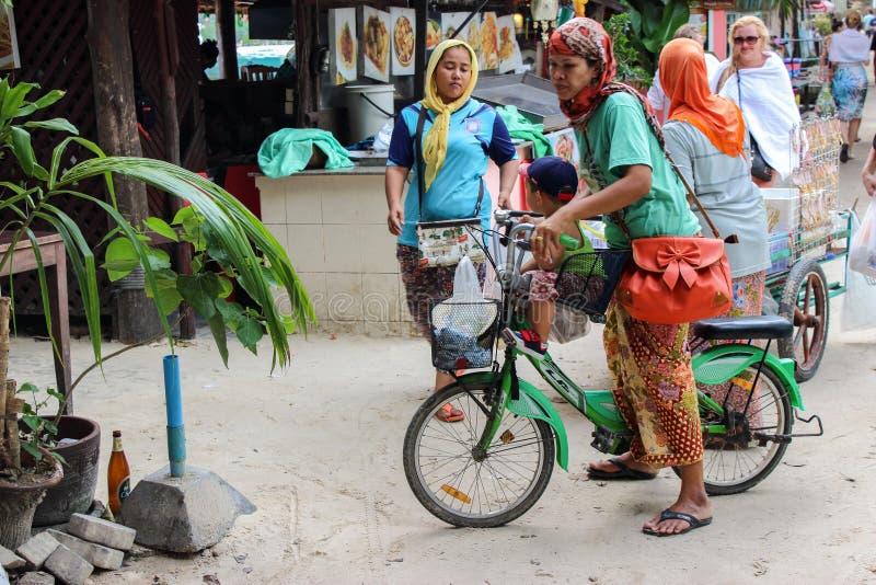 PHI PHI-EILAND, KRABI, THAILAND 27 NOV. 2013: Het portret van gelukkige moslimvrouw geniet van berijdend fiets openlucht op de he stock foto