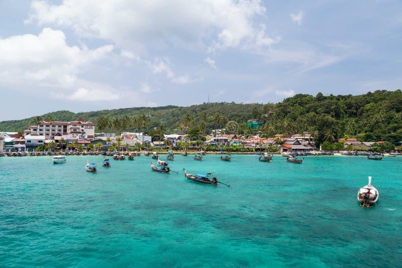 PHI PHI-EILAND, THAILAND - CIRCA SEPTEMBER 2015: Toevluchthotels, strand en boten in Phi Phi Island, Thailand stock foto's