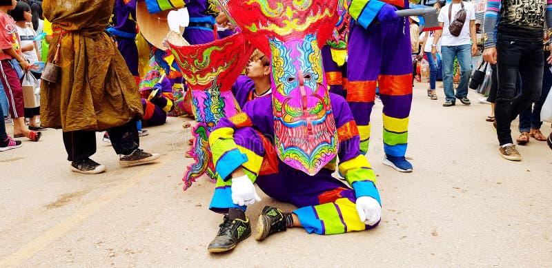 Phi Ta Khon eller spökefestival Det lokala folket gjorde och för bära färgrika klänning- och spökemaskeringen för berömd kultur arkivbilder