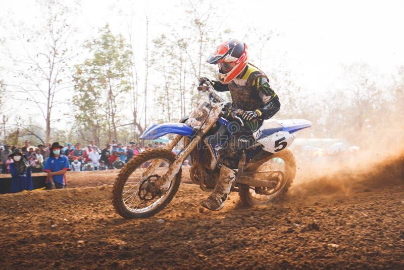 Phichit,泰国, 12月27,2015 :极端体育摩托车,摩托车越野赛竞争,垄断摩托车越野赛的车手和释放费看 库存图片