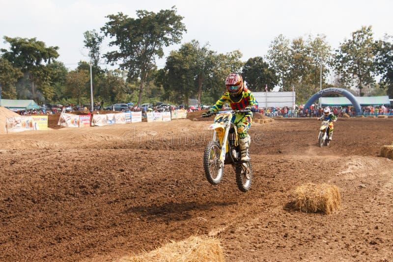 Phichit,泰国, 12月27,2015 :极端体育摩托车,摩托车越野赛竞争,摩托车越野赛车手跳跃 免版税库存照片
