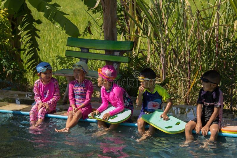 PHICHIT, TAILÂNDIA - 3 DE NOVEMBRO DE 2018: Crianças que nadam e que jogam fotos de stock