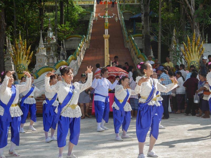 PHICHIT, TAILÂNDIA 28 DE OUTUBRO: Um grupo de dançarinos tailandeses, Unidenti foto de stock royalty free