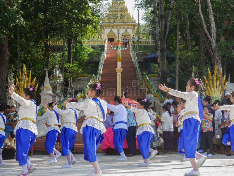 PHICHIT, TAILÂNDIA 28 DE OUTUBRO: Um grupo de dançarinos tailandeses, Unidenti imagens de stock royalty free