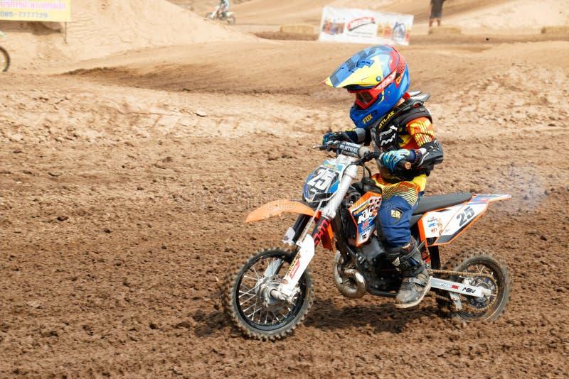 Phichit, Thailand, 27,2015 December: Extreme Sportmotorfiets, de de motocrossconcurrentie, sprong van de motocrossruiter en de jo stock foto's